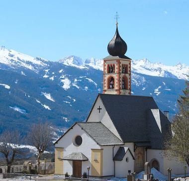 Italská vesnička Daiano s kostelem