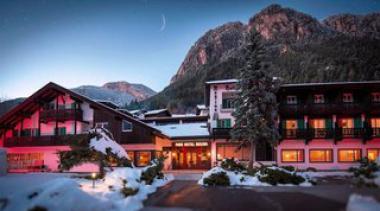 Italský hotel Regina delle Dolomiti v zimě
