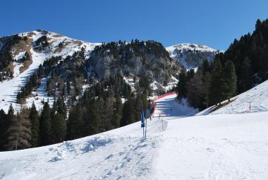 Lyžař ve skiarfeálu Latemar